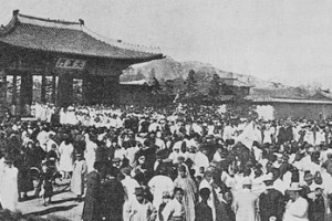On March 1, 1919, Koreans gather at Tapgol Gong-won (current day Pagoda Park in Seoul) to protest Japanese rule and fight for independence.