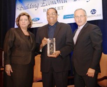 Detroit police chief Benny Napoleon receives award at 2001 Arab-American Chamber of Commerce dinner.