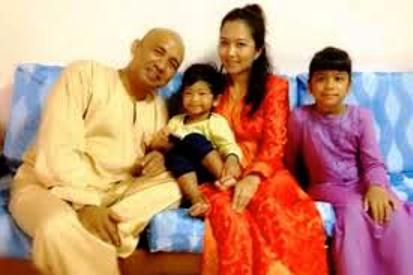 "Capt. Zaharie Ahmad Shah with family. Dupre's story said he was a ""beloved and respected human rights defender."""
