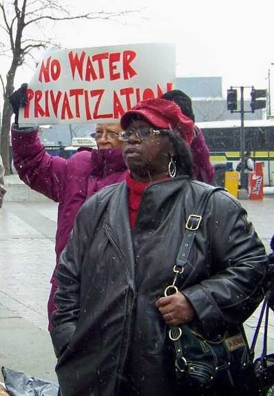 Couple demands no privatization of water systems.