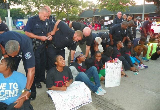 Police start arrests at fast food protest in Detroit Sept. 4, 2014.