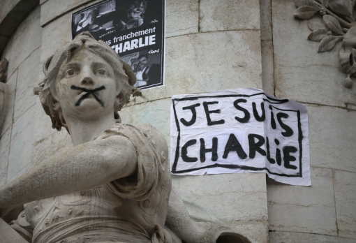 Je Suis Charlie poster and statue