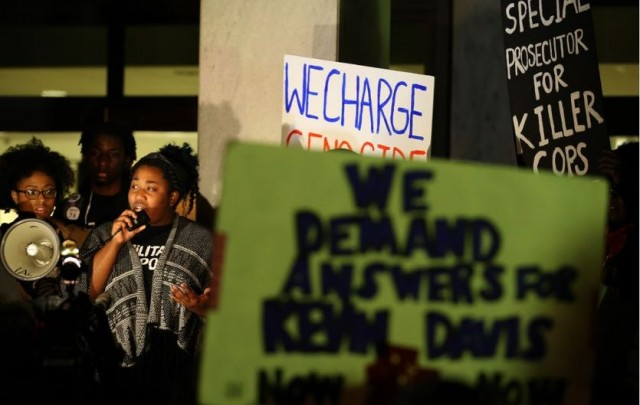 Protesters at DeKalb County Courthouse keep up pressure for charges in Kevin Davis killing by Ga. police, Feb. 11, 2015.