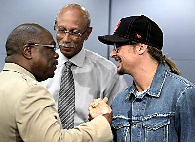 Kid Rock making cozy with Wendell Anthony and former Mayor Dave Bing.