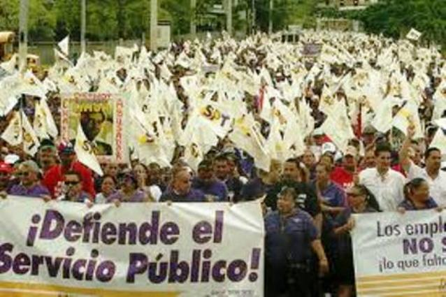 Mass Puerto Rican rally against privatization of public services.