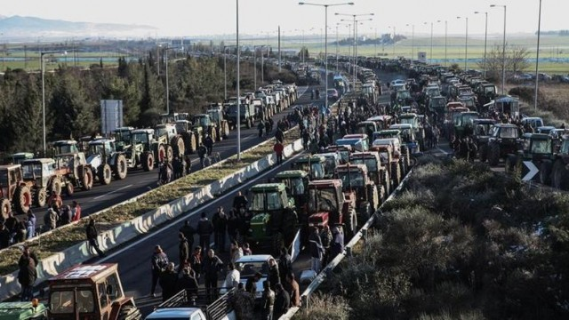 Farmers blockade Athens to Thessalonki highway.
