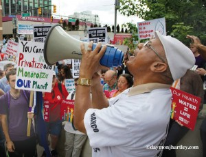 Rev. Pinkney at Detroit rally vs. mass water shutoffs. Photo: Daymon Hartley